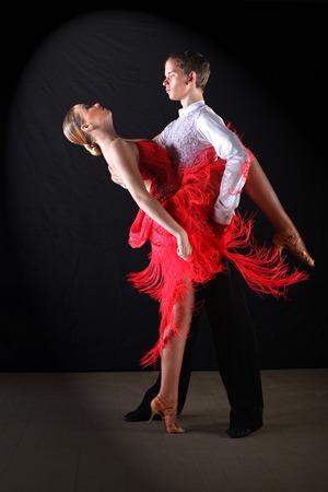 danseuse: danseurs latinos dans la salle Ballroom fond noir