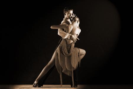 danza clasica: bailarines latinos en salón de baile aislados en negro Foto de archivo