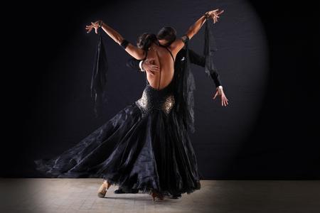 baile latino: Bailarines en salón de baile en fondo negro
