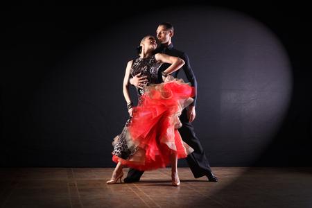 dansers in balzaal geïsoleerd op zwarte achtergrond Stockfoto