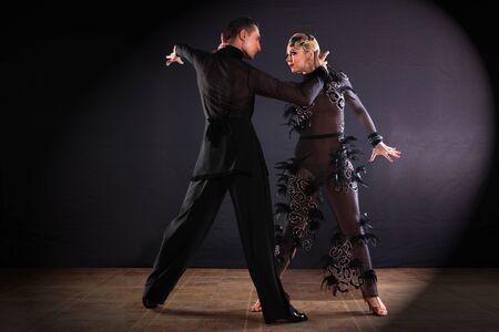 Dansers in balzaal op zwarte achtergrond worden geïsoleerd die