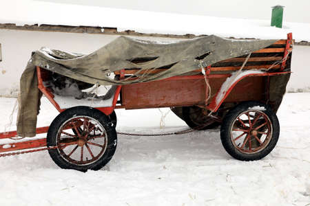 old style cart under snowfall Stockfoto