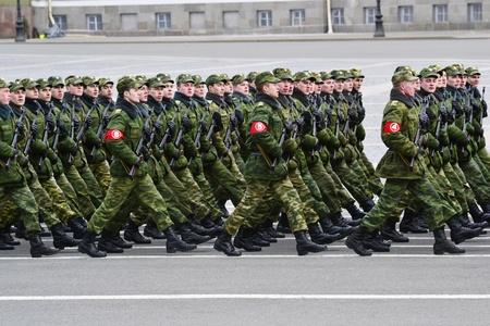 Sint-Petersburg, Rusland - 15 april 2011 - Parade repetitie voor de viering van 66e verjaardag van de Dag van de Overwinning op Palace Square