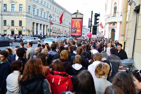 St.Petersburg, Rusland - 9 mei 2011: Grote menigte van mensen op Nevsky Prospect