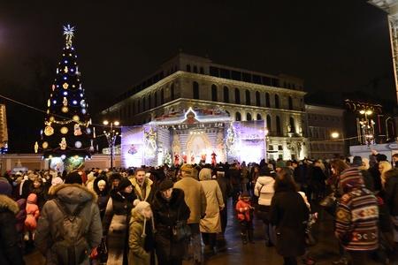 festividades: San Petersburgo, Rusia - 4 de enero de 2012: fiestas de A�o Nuevo en la Plaza de Ostrovsky en la noche