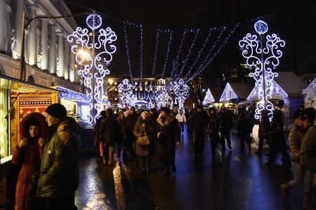 festividades: San Petersburgo, Rusia - 4 de enero de 2012: Fiestas de A�o Nuevo en la plaza Ostrovsky en la noche Editorial