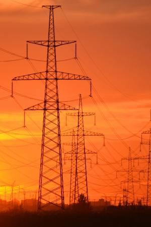 torres el�ctricas: La foto de las l�neas de transmisi�n el�ctrica en la puesta del sol poco ruido