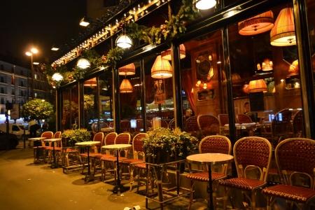 Parijs, Frankrijk - 7 januari 2013: tafels en stoelen in eetcafe Stockfoto - 17808775