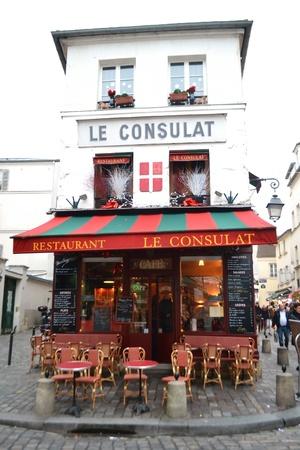 montmartre: Paris, France - 6 Janvier 2013: Petit caf� douillet dans le centre de Paris �ditoriale