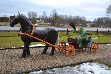 beldam: Gruppo scultoreo: strega su un carro trainato da un cavallo, in Lettonia Archivio Fotografico