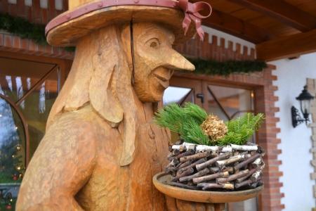 beldam: Statua in legno di una strega, da vicino. Lettonia.