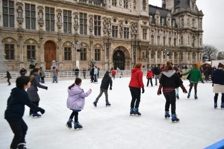 ville: Paris, France - January 6, 2013: ice rink outside the Hotel de Ville (City Hall).