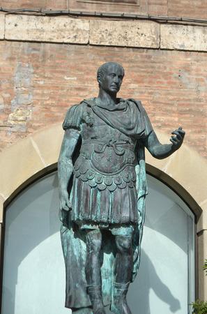 spqr: Estatua de Cayo Julio C�sar en Rimini, Italia