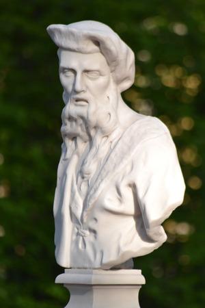 aesculapius: Statua di Esculapio in giardino estivo, San Pietroburgo, Russia.