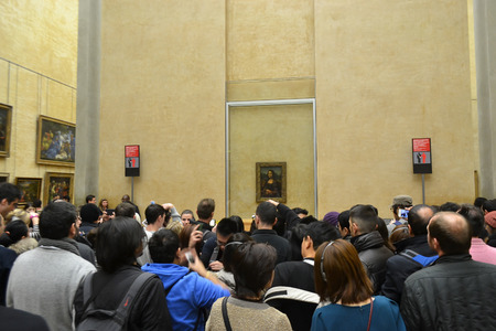 mona lisa: PARIS, FRANCE - JANUARY 6, 2013: Crowd of people looking at a picture of the Mona Lisa in Louvre Museum in Paris.
