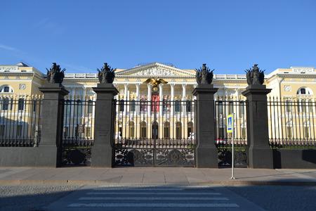 palacio ruso: San Petersburgo, Rusia: 07 de septiembre 2013: Vista del Museo del estado ruso (El Palacio Mijailovski) en San Petersburgo, Rusia.