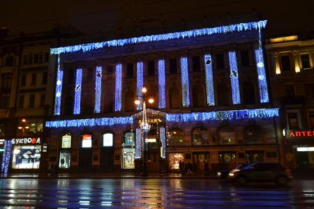 prospect: SAINT-P�TERSBOURG, RUSSIE - 1 janvier 2013: Nevsky Prospect rue principale de Saint-P�tersbourg dans la nuit.