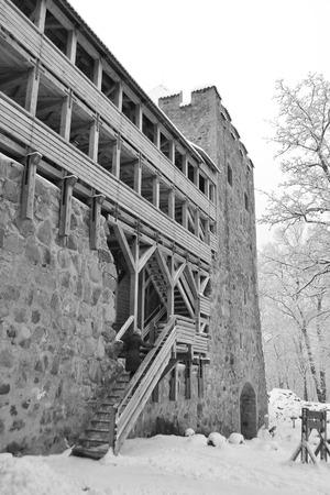 sigulda: Ruinas viejas del castillo en Sigulda, Letonia. Blanco y negro.