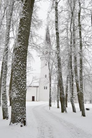 sigulda: Paisaje de invierno y la iglesia Luterana en Sigulda, Letonia.