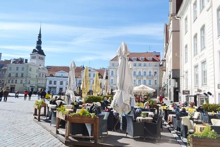 Tallinn, Estland - 20. April 2015: Straßenkaffee in der Altstadt von Tallinn.