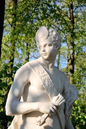 mediodía: Noon Estatua de Jard�n de verano, San Petersburgo, Rusia.