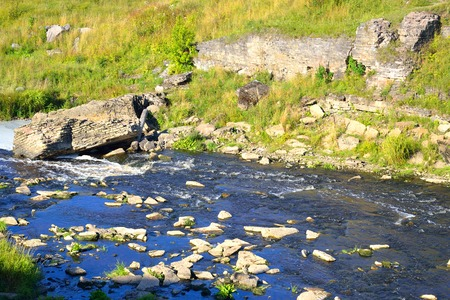 turismo ecologico: Vista del río Tosna en la región de Leningrado, Rusia.