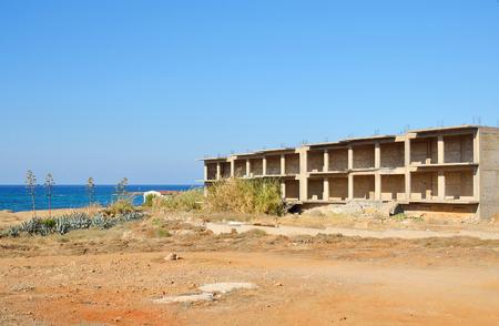 Edificio non finito in Loutraki alla giornata estiva di estate, Grecia.