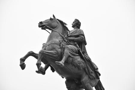 uomo a cavallo: Cavaliere di bronzo - monumento a Pietro I sulla Piazza del Senato di San Pietroburgo. Bianco e nero.