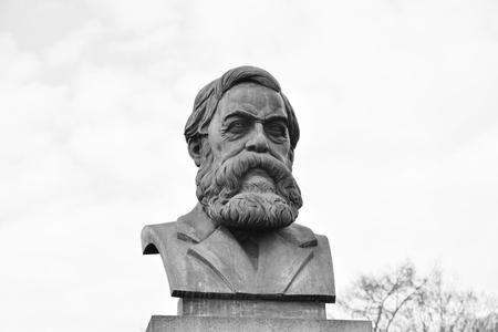 Standbeeld van Friedrich Engels in St. Petersburg, Rusland. Zwart en wit.