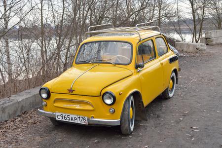 Saint-Pétersbourg, Russie - 5 avril 2016: vieille voiture jaune vintage. ZAZ-965 Zaporozhets - Voiture sous-compacte soviétique produite dans les années 1960. Éditoriale