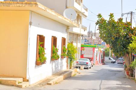 greek pot: Hersonissos, Grecia - 1 JUNE 2016: Street a Hersonissos. Citt� nel nord di Creta, che si trova tra il Mediterraneo e il Mar Egeo. Editoriali