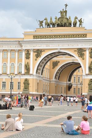 ST.PETERSBURG, RUSSIA - 3 JULE 2016: El edificio del Estado Mayor General - un edificio histórico, se encuentra en la Plaza del Palacio en San Petersburgo. La construcción del edificio duró de 1819 a 1829.