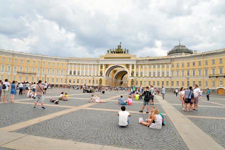 ST.PETERSBURG, RUSSIA - 3 JULE 2016: El edificio del Estado Mayor General - un edificio histórico, se encuentra en la Plaza del Palacio en San Petersburgo. La construcción del edificio duró de 1819 a 1829. Editorial