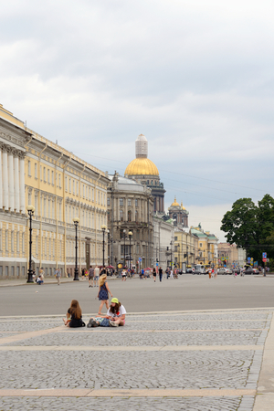 jule: ST.PETERSBURG, RUSSIA - 3 JULE 2016: View of Palace Square and Admiralty Avenue in the Central district of St. Petersburg.