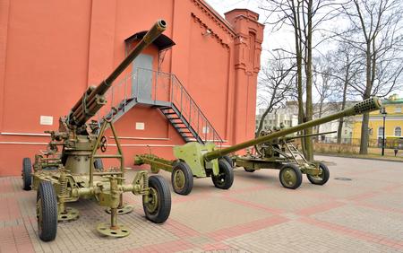 batallón: Soviet anti-tank and anti-aircraft guns of the Second World War in St.Petersburg, Russia. Foto de archivo