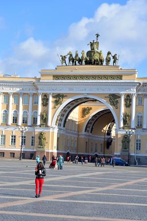 STPETERSBURG, RUSIA - 15 DE ABRIL DE 2017: El arco del estado mayor en cuadrado del palacio en el día de primavera soleado. La construcción del edificio duró de 1819 a 1829. Arquitecto: KI Rossi.