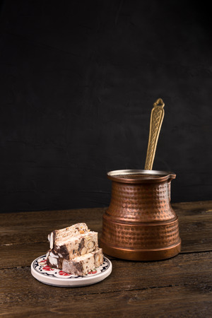 Traditional turkish coffee and turkish delight on dark background. Coffee pot on a wooden table with traditional sweets Banque d'images