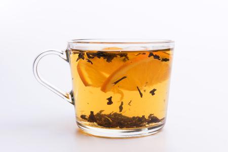 Glastasse heißer aromatischer Tee auf weißem Hintergrund