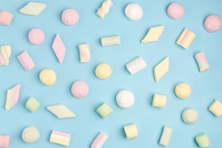 Blue paper background with marshmallow. Cozy sweet background 스톡 콘텐츠