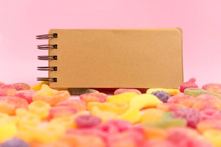 Marshmallow and blank notepad on pink background. Place for your text. Cozy sweet background 스톡 콘텐츠