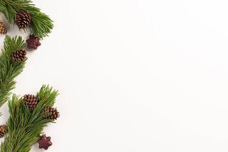 Composition de Noël. Branches d'épinette avec cônes et décorations de Noël, sur fond blanc. Noel, hiver, concept de nouvel an. Mise à plat, vue de dessus, espace de copie.