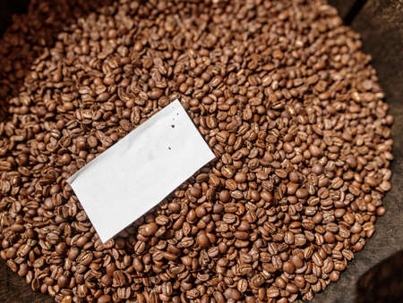 Brown coffee beans with piece of paper Banque d'images