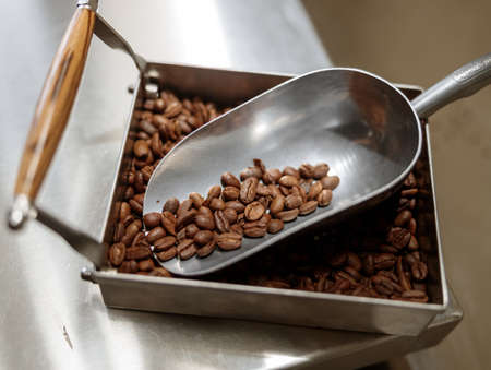 Container and scoop with roasted coffee beans Banque d'images