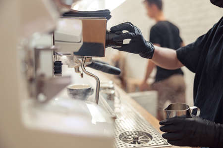 Female person is preparing cappuccino in coffeehouse Banque d'images