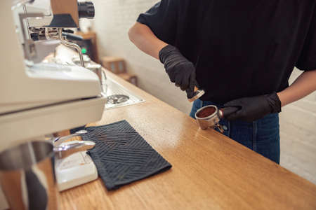 Barista working in cafeteria in covid-19 pandemic Banque d'images