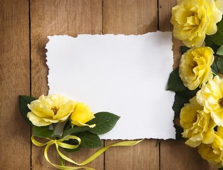anniversaire mariage: Vintage carte de voeux avec de vraies fleurs Banque d'images