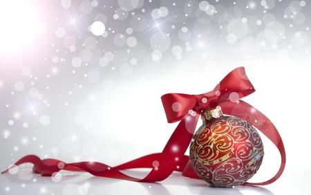 högtider: Röd jul boll på en glansig yta