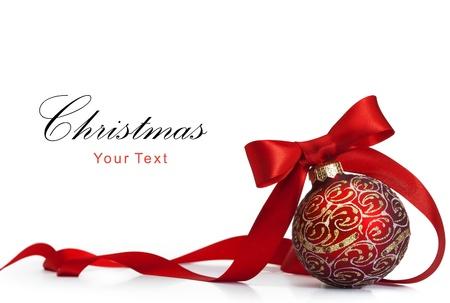 Red Christmas bal op een glanzend oppervlak Stockfoto
