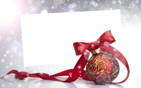 Rode Kerst bal op een glanzend oppervlak Stockfoto