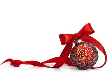 Rode Kerst bal op een glanzend oppervlak
